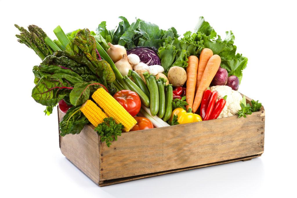 Zu sehen ist eine Kiste mit buntem Gemüse. Sie symbolisiert die richtige Ernährung gegen blaue Flecken.